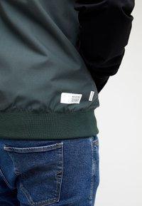 Mazine - DUNS - Light jacket - black/bottle - 4