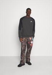 Jaded London - WOODLAND BADGE JOGGERS - Tracksuit bottoms - camo - 1