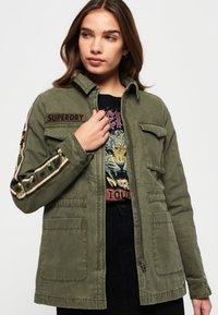 Superdry - MIT STERN-PRINT - Denim jacket - green - 0