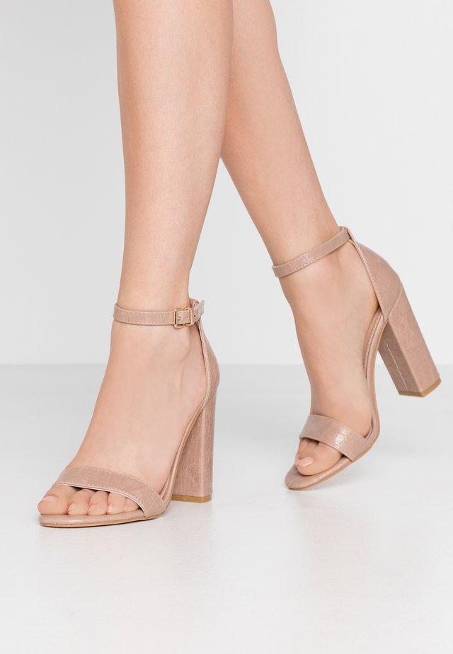 Sandały na obcasie - nude