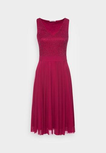 LACE V NECK OCCASION DRESS PURPLE POTION - Koktejlové šaty/ šaty na párty - red