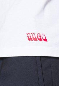 HUGO - DRINCE - Print T-shirt - white - 4