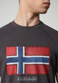 Napapijri - SIROL - T-shirt med print - dark grey solid - 2