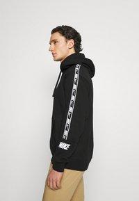 Nike Sportswear - REPEAT HOODIE  - Jersey con capucha - black/white - 3