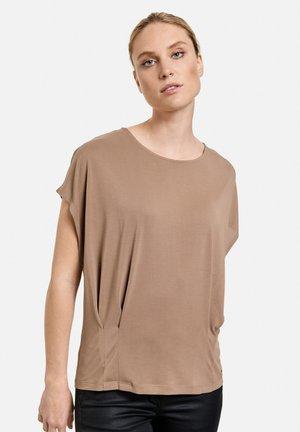 MIT FALTEN DETAILS - Print T-shirt - dark brown