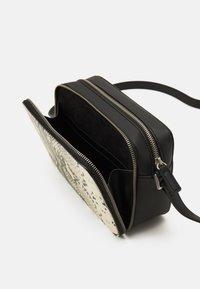 Who What Wear - EMMA - Across body bag - black - 2