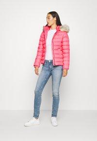 Tommy Jeans - BASIC - Bunda zprachového peří - glamour pink - 1