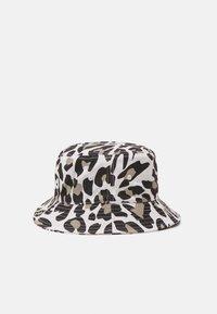 Fila - PRINTED BUCKET HAT LEO UNISEX - Hat - white/brown - 1