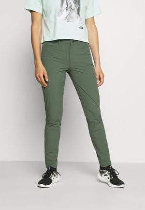 SKYLINE TRAVELER PANTS - Bukse - kale green