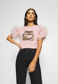 New Look - PERFUME RUFFLE - T-shirt z nadrukiem - light pink - 0