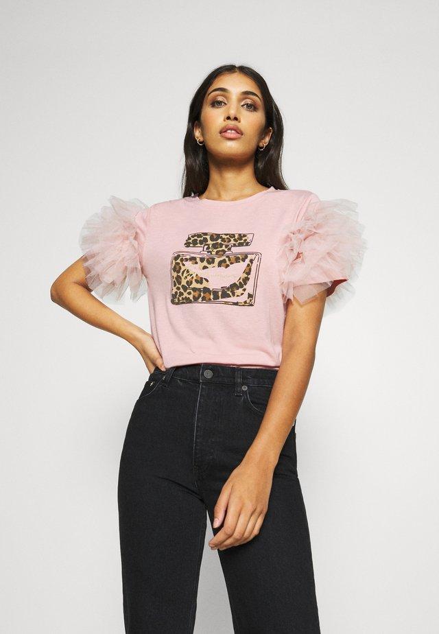 PERFUME RUFFLE - T-shirt con stampa - light pink