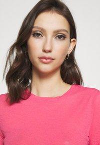 NA-KD - BABYLOCK CROP - Basic T-shirt - hot pink - 4