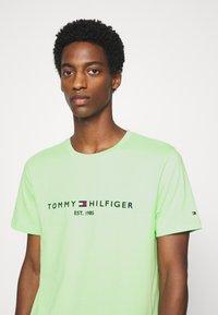 Tommy Hilfiger - LOGO TEE - T-shirt imprimé - green - 4