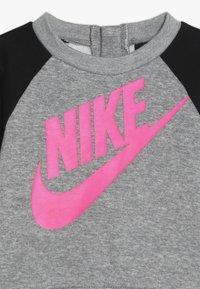 Nike Sportswear - CREW PANT BABY SET - Sudadera - black - 4