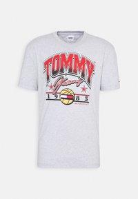 Tommy Jeans - VARSITY BBALL GRAPHIC TEE UNISEX - Triko spotiskem - silver grey - 3