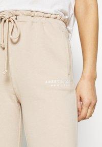 Abercrombie & Fitch - TREND LOGO WAISTED  - Teplákové kalhoty - beige - 4