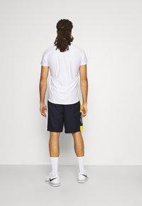 Lacoste Sport - TENNIS SHORT BLOCK - Urheilushortsit - navy blue/broom white - 2