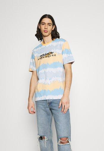 UNISEX - T-shirt con stampa - hazy orange/multicolor