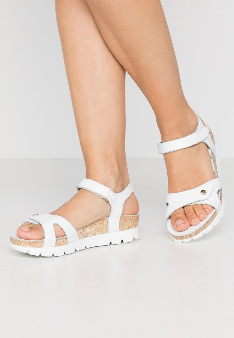 Panama Jack - SULIA COLORS - Sandály na klínu - weiß