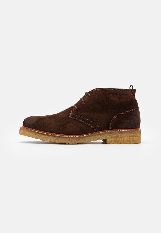 SUSTAINABLE DESERT BOOT - Volnočasové šněrovací boty - dark brown