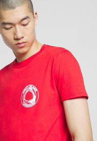 Bioworld - JAWS TEE - Printtipaita - red - 4