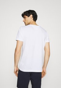 Tommy Hilfiger - FADE GRAPHIC CORP TEE - Triko spotiskem - white - 2