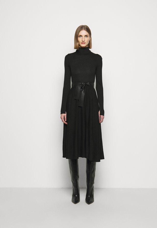 DARAI - Stickad klänning - black