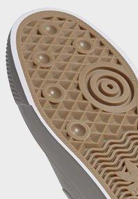 adidas Originals - NIZZA SLIP-ON SHOES - Trainers - white - 8