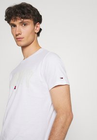 Tommy Jeans - SHADOW TEE UNISEX - T-shirt med print - white - 3