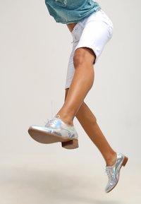 Freeman T. Porter - BELIXA - Denim shorts - white - 3