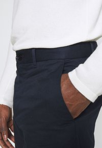 Wood Wood - MARCUS LIGHT TWILL TROUSERS - Chinos - navy - 4