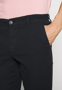Selected Homme - SLHSLIM CHESTER FLEX PANTS - Chino kalhoty - black - 4