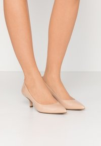 MICHAEL Michael Kors - KATERINA FLEX KITTEN - Klassiske pumps - light blush - 0