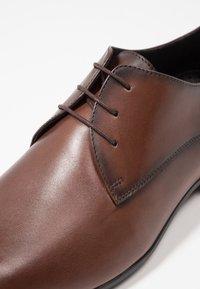Brett & Sons - Elegantní šněrovací boty - cres cognac - 5