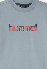 Hummel - URSULA UNISEX - Sweatshirt - blue fog - 2