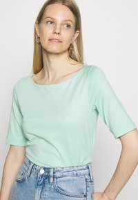 s.Oliver BLACK LABEL - Basic T-shirt - misty gree - 3