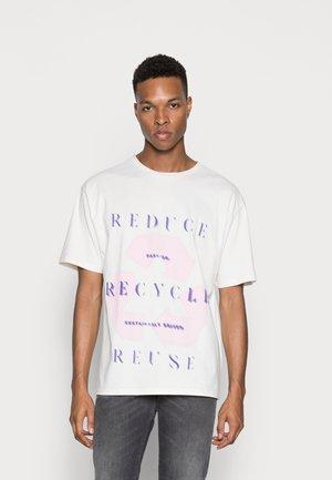 REUSE PRINT CREW NECK - Print T-shirt - off white