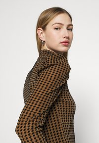 Fashion Union - TISHOW - Long sleeved top - pecan houndstooth - 3