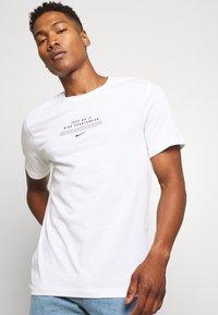 Nike Sportswear - TEE - Print T-shirt - white/black - 3