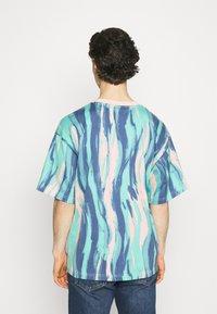 adidas Originals - TEE UNISEX - Print T-shirt - vapour pink/multicolor - 2