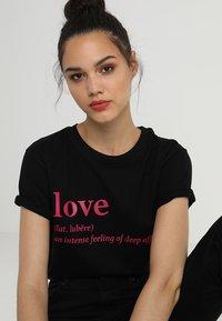 Merchcode - LOVE DEFINITION TEE - Camiseta estampada - black - 4