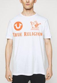 True Religion - CREW ALLOVER LOGO  - Camiseta estampada - white - 3