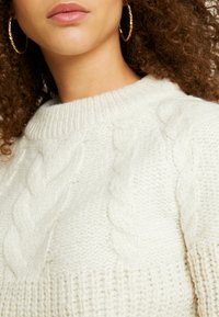Dorothy Perkins Petite - CABLE YOKE JUMPER - Strickpullover - cream - 5