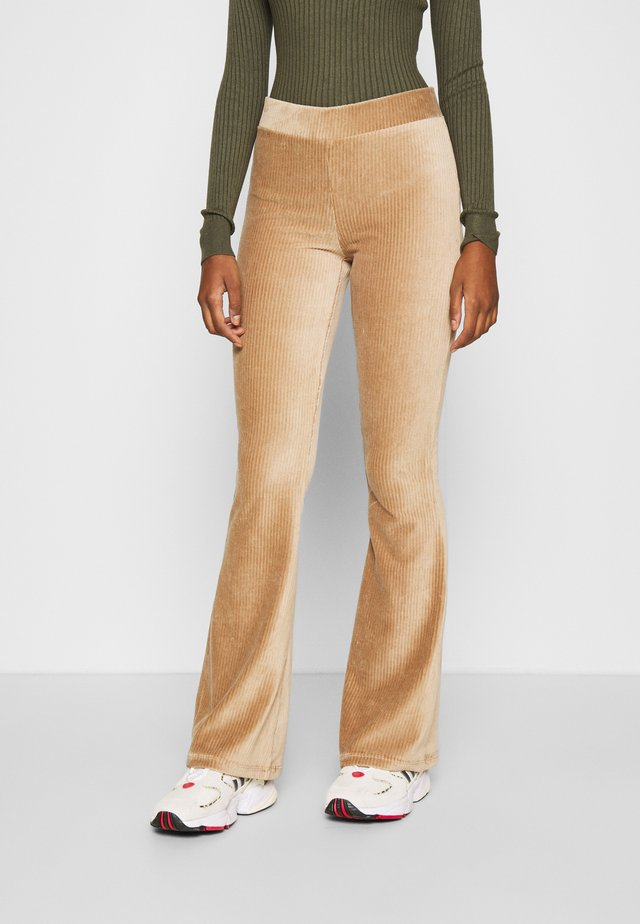 NMALBA FLARED PANT - Broek - tigers eye