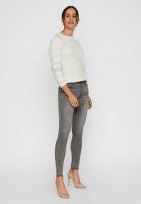 Vero Moda - VMTANYA - Jeans Slim Fit - light grey denim - 1