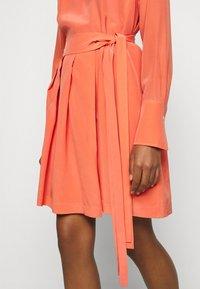Victoria Victoria Beckham - PLEATED DRESS - Vestito elegante - lychee pink - 3