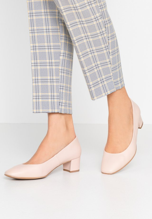 WIDE FIT AINARA - Klassieke pumps - pale