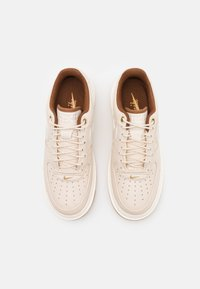 Nike Sportswear - AIR FORCE 1 LUXE - Sneakers laag - pearl white/pale ivory/pecan/yellow/bucktan - 3