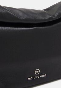 MICHAEL Michael Kors - LOLA - Torba na ramię - black - 6
