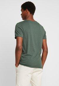 Selected Homme - SLHNEWMERCE O-NECK TEE - Basic T-shirt - cilantro/melange - 2